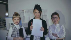 Portret młoda pomyślna mała biznes drużyna w biurze 4K zbiory wideo