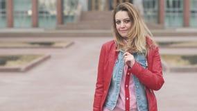 Portret młoda powabna kobieta Piękna blond dziewczyna patrzeje kamerę i ono uśmiecha się Włosy windblown zdjęcie wideo
