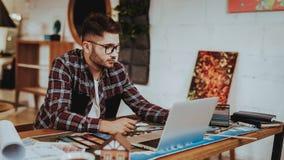 Portret Młoda projektant grafik komputerowych praca na laptopie Indoors obrazy stock