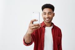 Portret młoda przystojna skinned amerykańska samiec ono uśmiecha się z zębami z afro fryzurą w przypadkowym modnym stroju zdjęcia royalty free