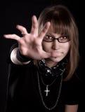 Portret młoda rockowa kobieta pokazuje palmy Obrazy Stock