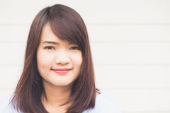 Portret młoda rozochocona uśmiechnięta kobieta nad betonową ścianą, fotografia royalty free