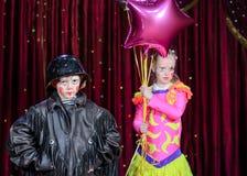 Portret Młoda samiec i kobieta Błaznuje na scenie Obrazy Royalty Free