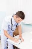 Portret młoda samiec lekarka w jego medycznym biurze Miejsce pracy lekarka przy kliniką Obrazy Stock