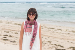 Portret młoda seksowna atrakcyjna kobieta w biel sukni z jedwabniczym szalikiem samotnym na tropikalnej plaży Bali wyspa Fotografia Royalty Free
