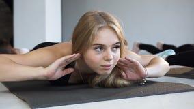 Portret młoda sporty caucasian kobieta z sprawności fizycznej grupy ludźmi robi joga lekcji, rozciąga ćwiczy Pojęcie zbiory wideo
