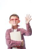 Portret młoda szczęśliwa chłopiec w czerwonych widowiskach. Fotografia Royalty Free
