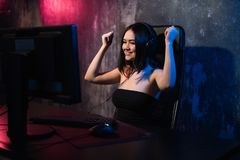 Portret młoda szczęśliwa dziewczyna która raduje się po wygrywać wideo grę, - odświętność wygrywa w hazard emoci pojęciu zdjęcie stock