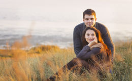 Portret młoda szczęśliwa para śmia się w zimnym dniu autem Obrazy Stock
