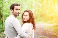 Portret młoda szczęśliwa para w naturze fotografia stock