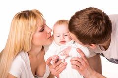 Portret młoda szczęśliwa rodzina: matka, ojciec i dziecko, Obrazy Royalty Free