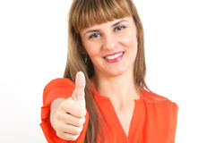 Portret młoda szczęśliwa uśmiechnięta kobieta pokazuje aprobaty gestykuluje, Obrazy Stock