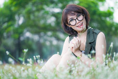 Portret młoda szczęśliwa uśmiechnięta kobieta z szkłem Zdjęcia Royalty Free