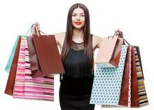 Portret młoda szczęśliwa uśmiechnięta kobieta z torba na zakupy Fotografia Royalty Free