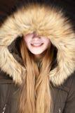 Portret Młoda uśmiechnięta dziewczyna pod kapiszonem zdjęcia stock