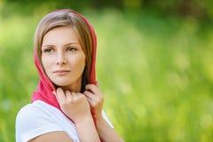 Portret młoda uśmiechnięta kobieta jest ubranym chustkę Obrazy Royalty Free