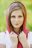 Portret młoda uśmiechnięta kobieta jest ubranym chustkę Fotografia Stock