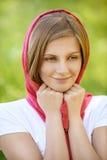 Portret młoda uśmiechnięta kobieta jest ubranym chustkę Zdjęcie Stock