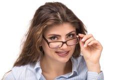 Portret Młoda uśmiechnięta kobieta patrzeje nad eyeglasses obrazy royalty free