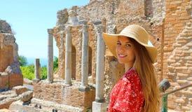 Portret młoda uśmiechnięta kobieta z kapeluszem w sławnym Taormina Greckim Theatre, Sicily, Włochy zdjęcia stock