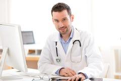 Portret młoda uśmiechnięta lekarka w jego biurze Zdjęcia Royalty Free