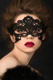 Portret młoda urocza kobieta w czerni przyjęcia masce Zdjęcia Royalty Free