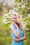 Portret młoda urocza kobieta w wiośnie kwitnie Obrazy Stock