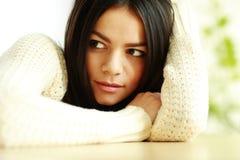 Portret młoda zadumana kobieta patrzeje na boku Zdjęcia Royalty Free