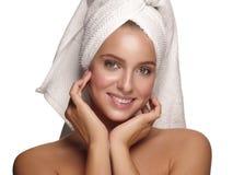 Portret młoda zdrowa i piękna dziewczyna z ręcznikiem na jej kierowniczym robi dziennym skincare po prysznic obraz royalty free