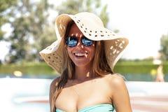 Portret młode kobiety jest ubranym kapelusz i okulary przeciwsłonecznych Obraz Royalty Free
