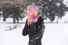 Portret młode kobiety z błazen kolorową peruką o i hełmofonami zdjęcie royalty free