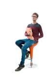 Portret młodego człowieka obsiadanie na krześle Obrazy Royalty Free