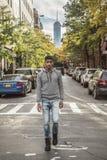 Portret młodego człowieka odprowadzenie przed NYC ` s handlem światowym C Zdjęcia Royalty Free
