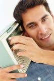 Portret młodego człowieka słuchanie radio Obraz Stock