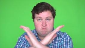 Portret młodego człowieka seansu przerwy znak, niechęć, Odrzuca gest, Nie zgadzać się znaka, Krzyżuje ręki zdjęcie wideo