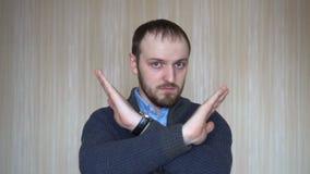 Portret młodego człowieka seansu przerwy znak, niechęć, Odrzuca gest, Nie zgadzać się znaka, Krzyżuje ręki zbiory