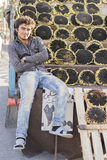 Portret młodego człowieka sprzedawania słońca kwiatu ziarna na zadku Fotografia Royalty Free