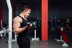 Portret młodego człowieka udźwigu mięśniowi ciężary na gym Zdjęcia Royalty Free