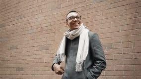 Portret młodego męskiego amerykanin afrykańskiego pochodzenia biznesowy uczeń stawia dalej szkła uśmiechniętego rozochoconego zak zbiory