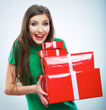 Portret młodego szczęśliwego uśmiechniętego kobieta chwyta prezenta czerwony pudełko Isolat Zdjęcie Royalty Free