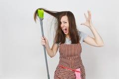 Portret młodej atrakcyjnej uśmiechniętej brunetki caucasian gospodyni domowa na białym tle Piękna gospodyni kobieta Obraz Royalty Free