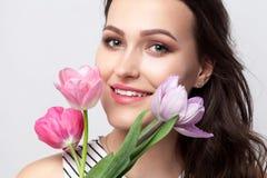 Portret młodej brunetki piękna kobieta z makeup w lampasie zdjęcia royalty free