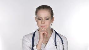 Portret młodej damy lekarki główkowanie, Brainstorming zdjęcie wideo