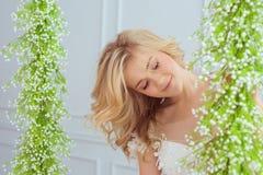 Portret młodej dziewczyny ładni spojrzenia kwiaty Obraz Stock