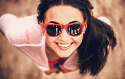 Portret młodej dziewczyny plenerowy przyglądający up Zdjęcia Stock