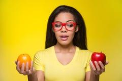 Portret młodej dziewczyny pozycja na żółtym tle Zdjęcia Royalty Free