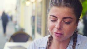 Portret młodej kobiety łasowania ciastko zbiory wideo