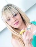 Portret młodej kobiety łasowania jogurt Obrazy Stock