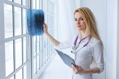 Portret młodej kobiety lekarka z stetoskopem i promieniowaniem rentgenowskim obrazy stock