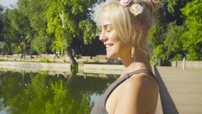 Portret młodej kobiety obsiadanie blisko jeziora zdjęcie wideo